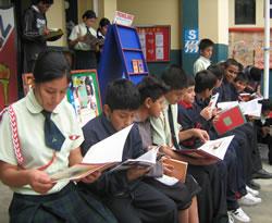 Escolares de Lima disfrutan de la lectura en los patios de sus
